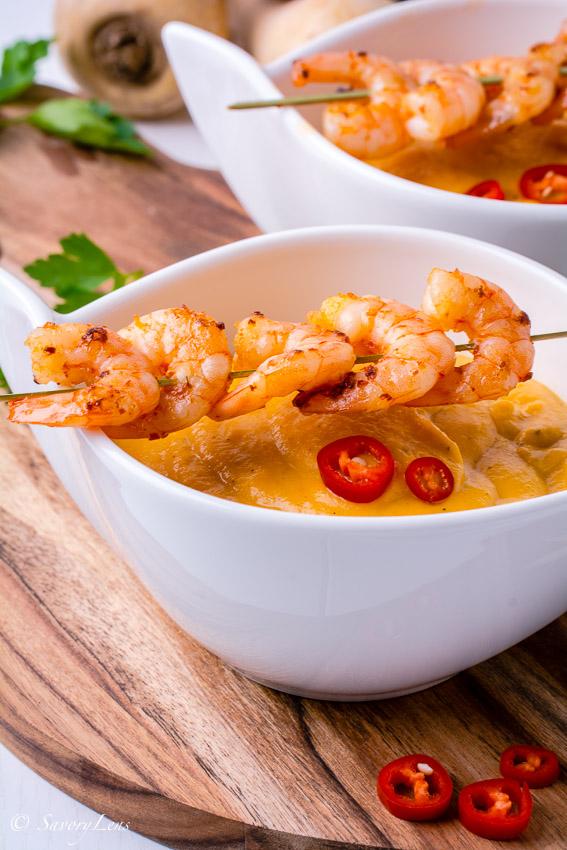 Pastinaken-Süßkartoffel-Suppe mit Chili-Garnelen