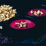 Rote-Beete-Topinambur-Suppe mit Gewürzpopcorn