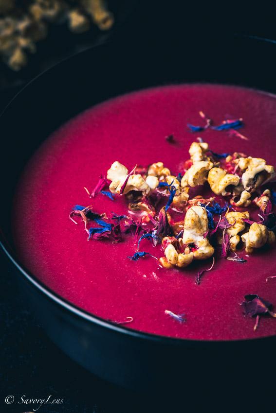 Rote-Beete-Topinambur Suppe mit Gewürzpopcorn