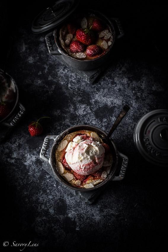 Erdbeer Clafoutis mit Holunderblüteneiscreme mit weisser Schokolade