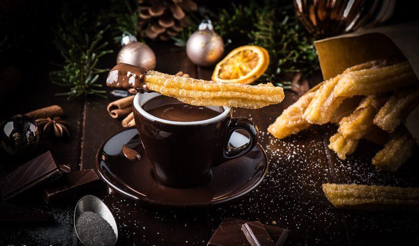 Churros mit Zimtzucker und heisser Weihnachtsschokolade