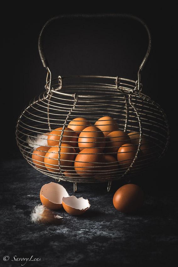 Eierkorb mit frischen Eiern