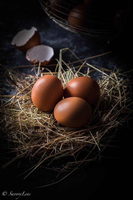 Braune Eiern auf Stroh