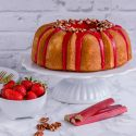 Rhabarber-Erdbeer-Bundt mit Pekannüssen