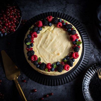 Sommerbeeren-Ricotta-Cheesecake mit Pekannüssen
