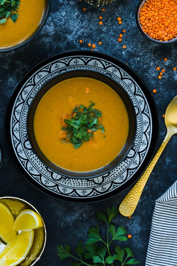 Marrokkanische Rote Linsen Suppe mit Petersile auf dunklem Untergrund