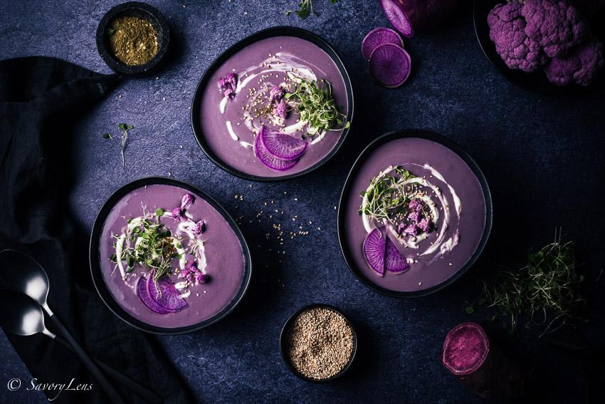 Lila Süßkartoffel-Blumenkohlsuppe mit Zatar