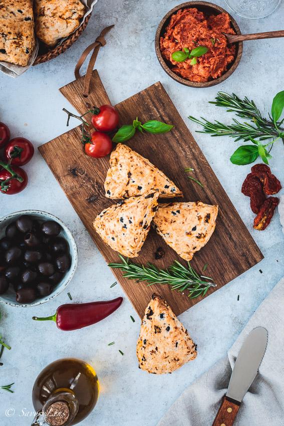 Mediterrane Scones mit pikantem Tomatenaufstrich – SavoryLens
