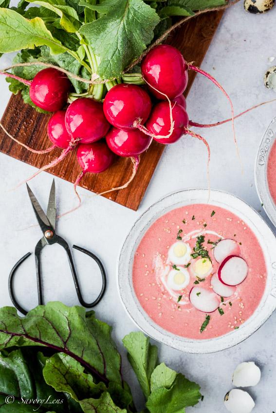 Rote Beete-Radieschensuppe mit Wachteleiern