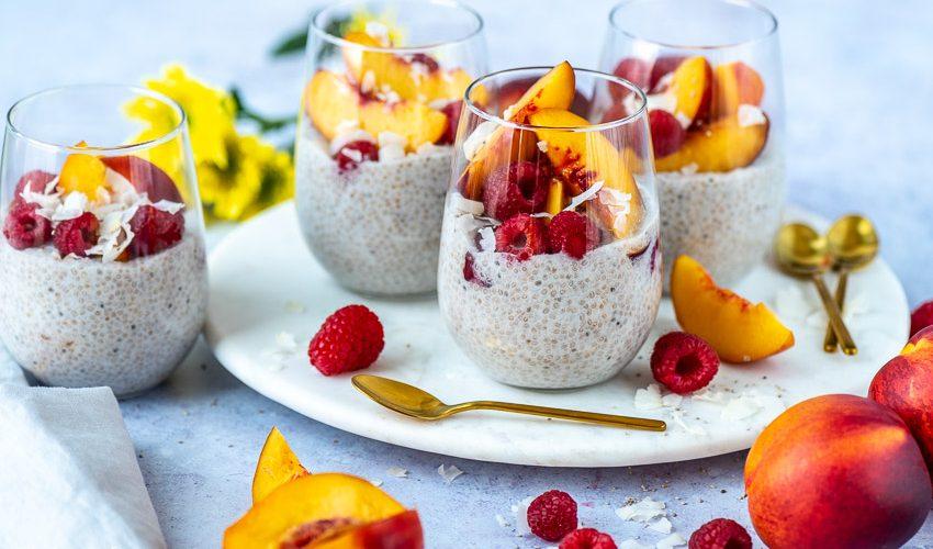 Kokosmilch-Chia-Pudding mit Nektarinen und Himbeeren
