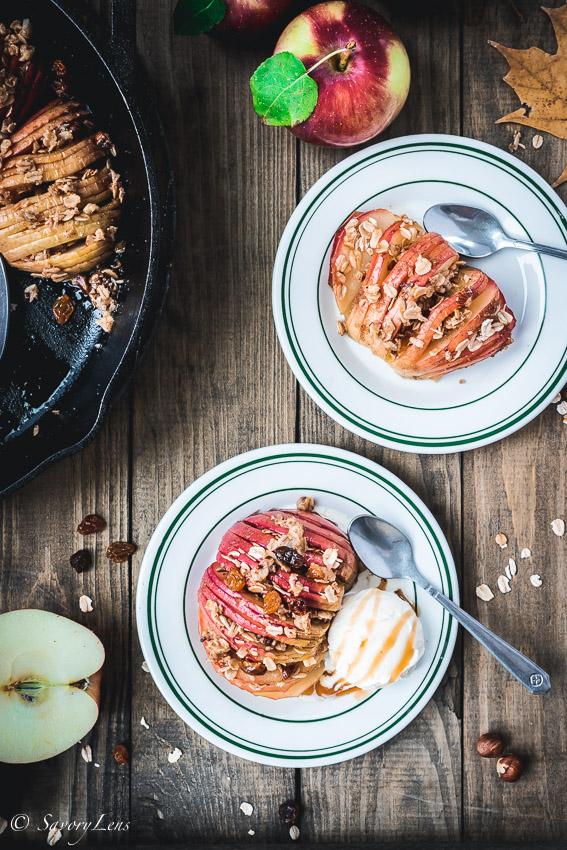 Hasselback-Äpfel mit Müslicrunch und Vanilleeis