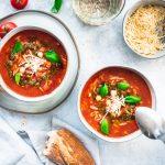 Mediterrane Risoni-Tomatensuppe mit Kichererbsen und Basilikumpesto