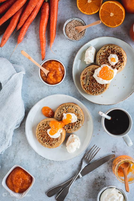 Crumpets mit Frischkäse und Orangen-Möhren-Marmelade