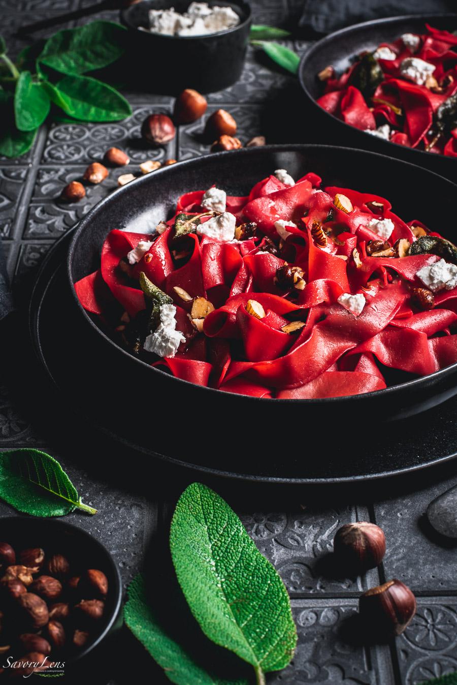 Rote Beete-Pappardelle mit Salbei-Haselnussbutter und Ziegenkäse