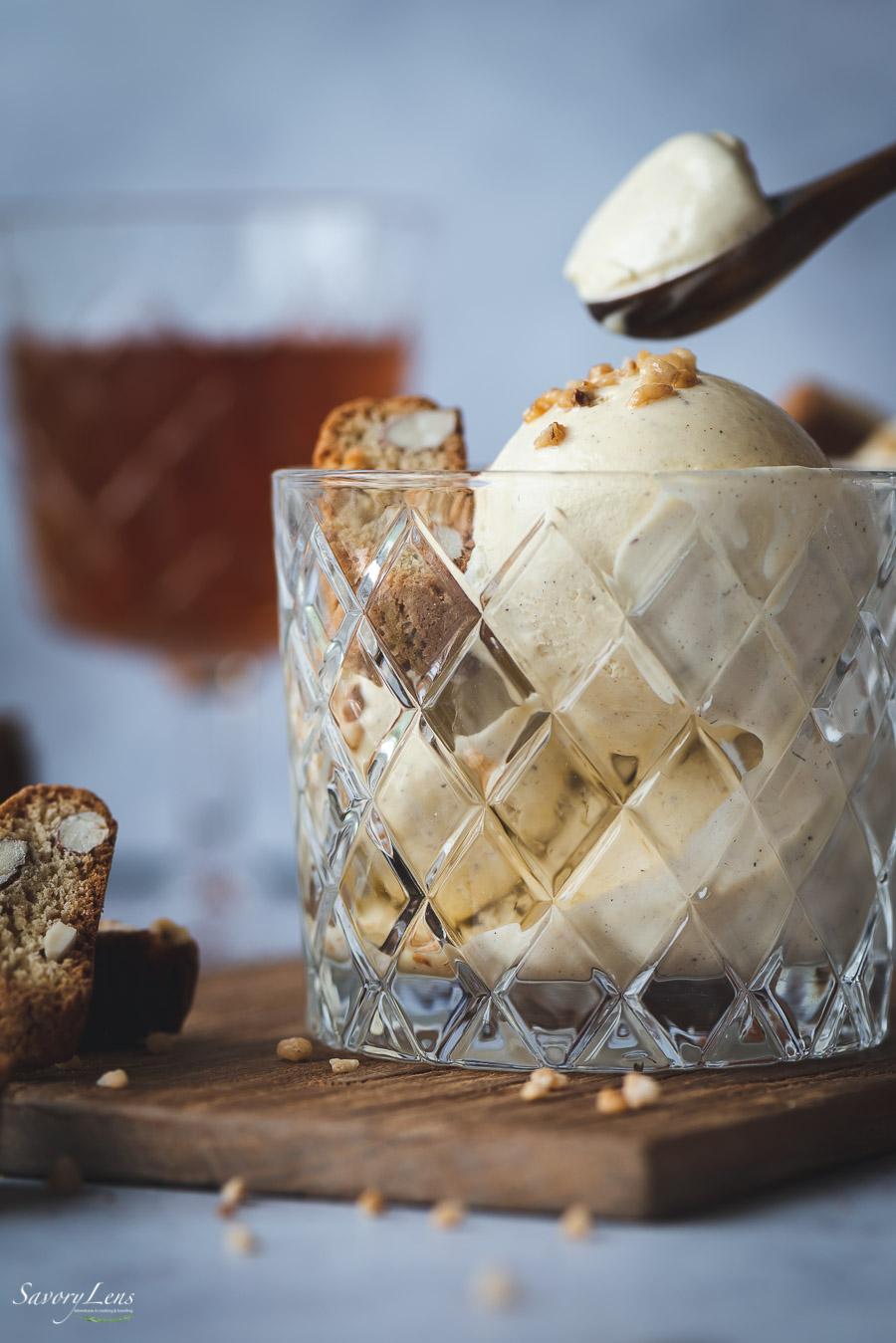 Vin Santo Eis mit Mandelkrokant und Cantuccini