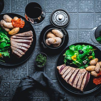 Gegrillter Thunfisch mit Runzelkartoffeln und Wildkräutersalat zu Weinen aus dem Luberon