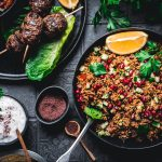 Türkische Köfte vom Grill mit Bulgursalat und Sumach-Joghurt