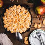 Apple Pandowdy mit Pekannüssen und Butterscotch