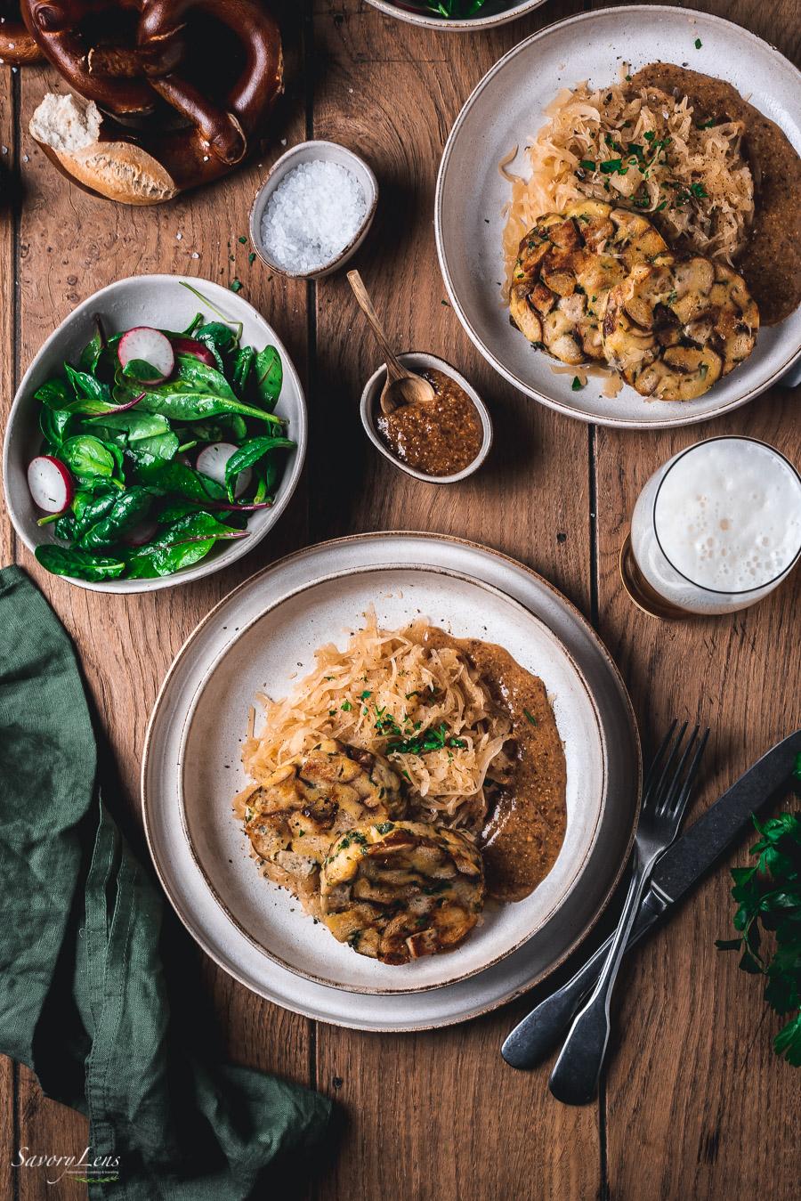 Brezen-Weißwurstknödel auf Sauerkraut mit Senfsauce