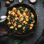 Gnocchi-Grünkohl-Pfanne mit Pilzen und getrockneten Tomaten