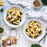 Penne mit Grünkohl-Pesto, Walnüssen und Burrata