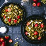 Spinat Bandnudeln mit grünem Spargel, Erdbeeren und Burrata