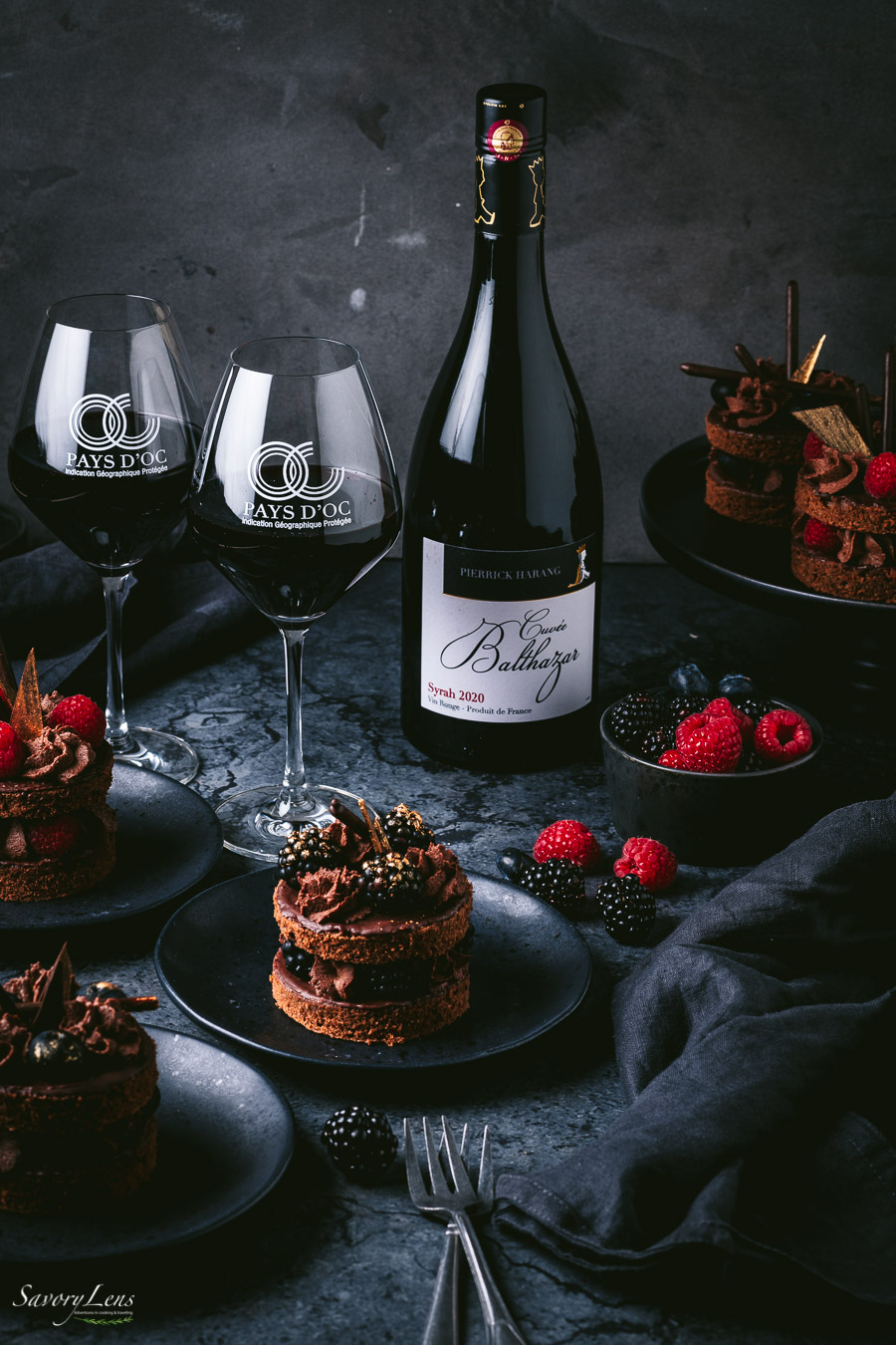 Feine Schokoladen-Beeren-Törtchen zu Syrah aus dem Pays d'Oc